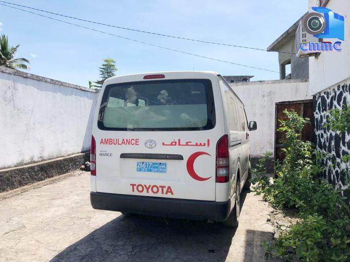 الصليب الأحمر الدولي يقدم  سيارتي إسعاف إلى الهلال الأحمرالقمري