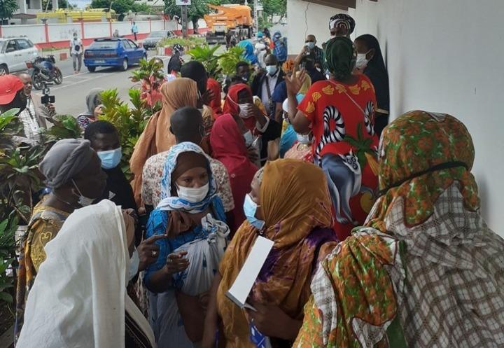 أكثر من 100 شخص يتظاهرون على أطراف السفارة الفرنسية بعد ما تقطعت بهم السبل في نغازيجا منذيناير.